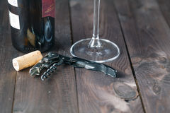 Corkscrew la bottiglia ed il vetro di vino sulla tavola di legno Fotografia Stock Libera da Diritti