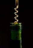 Corkscrew na parte superior do frasco de vinho Fotos de Stock
