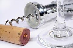 Corkscrew, vidro de vinho e cortiça Imagem de Stock
