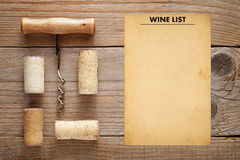 Corkscrew z korkami i wino listy szablonem Obraz Stock
