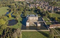 CORMATIN FRANKRIKE - OKTOBER 06, 2017: Flyg- sikt av den omgav med vallgrav Cormatin slotten i södra Bourgogne Arkivfoton