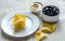Corn chipe mit hummus und Oliven Stockfotografie