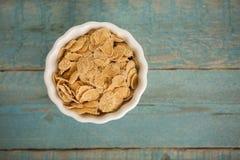 Corn-Flakes auf Holztisch lizenzfreie stockbilder