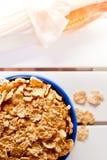 Corn-Flakes in einer blauen Schüssel Stockbilder