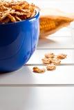 Corn-Flakes in einer blauen Schüssel Stockfotografie