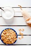 Corn-Flakes in einer blauen Schüssel Lizenzfreies Stockfoto