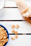 Corn-Flakes in einer blauen Schüssel Lizenzfreie Stockfotografie