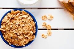 Corn-Flakes in einer blauen Schüssel Stockfotos