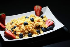 Corn flakes with fresh berries royalty free stock photos