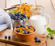 Corn flakes with fresh blueberries and milk Stock Photography
