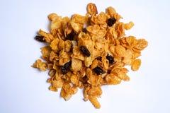 Corn Flakes Karamell, Korinthe, Acajounuss auf weißem Hintergrund Abschluss oben Stockfotografie