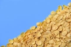 Corn-Flakes masern auf blauem Frühstückscorn-flakesgetreide Draufsicht des Hintergrundes stockfotografie