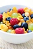 Corn Flakes mit Früchten Stockfoto
