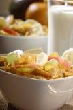Corn Flakes mit Früchten Stockfotos