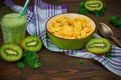 Corn-Flakes mit Kiwi Smoothie Stockfotos