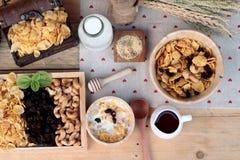 Corn Flakes mit Korinthentrockenfrüchten, Acajounüssen und Milch Lizenzfreie Stockfotografie