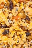 Corn-Flakes mit Mandel, Honig, indischem Sesam und Trockenfrüchten Stockbild