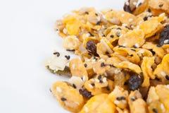 Corn-Flakes mit Mandel, Honig, indischem Sesam und Trockenfrüchten Lizenzfreies Stockfoto
