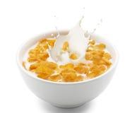 Corn Flakes mit Milchspritzen Stockfotos
