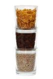 Corn Flakes, Sultaninen und Hafermehl in den Gläsern stockfoto