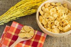 Corn-Flakes und gelber Reis mit Sack- oder Tischdeckenhintergrund Stockbilder