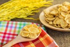 Corn-Flakes und gelber Reis mit Sack- oder Tischdeckenhintergrund Stockfotos