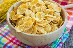 Corn-Flakes und gelber Reis mit Sack- oder Tischdeckenhintergrund Stockfotografie