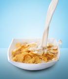 Corn-Flakes und Milch-Spritzen Stockbilder