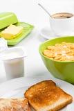 Corn-Flakes, zwei Toast und Kaffee stockbild