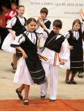 传统罗马尼亚女孩和男孩 免版税库存照片