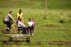 Vieux chariot à cycle sur le rail Photographie stock