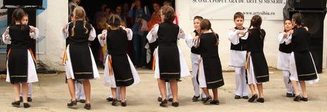 Baile de los muchachos y de las muchachas Foto de archivo libre de regalías