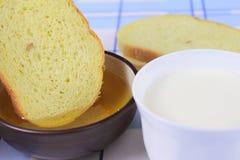 Cornbread con la miel y la leche Fotografía de archivo libre de regalías