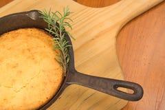 Cornbread in der Roheisenwanne Stockbild