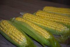 Corncob ώριμο νόστιμο στον κίτρινο θερινών νόστιμο υγιή τροφίμων επιτραπέζιων πινάκων στοκ φωτογραφίες