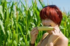 corncob som äter kvinnan royaltyfri bild
