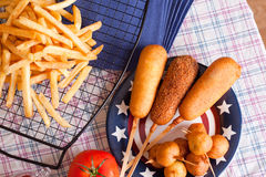 Corndog με τις τηγανιτές πατάτες Στοκ Εικόνες