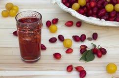 Corne, cereza-ciruelo y jugo rojos con hielo Fotografía de archivo libre de regalías