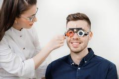 Cornea di controllo di medico dell'oculista dell'occhio della lampada a fessura ed oftalmologo dell'esame della retina fotografia stock libera da diritti