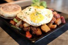 Corned-Beef Hasch mit Eiern lizenzfreies stockfoto