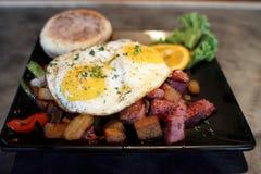 Cornedbeefknoeiboel met eieren Stock Fotografie