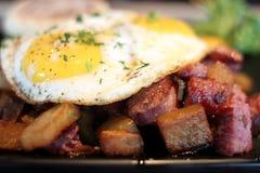 Cornedbeefknoeiboel met eieren Stock Foto's