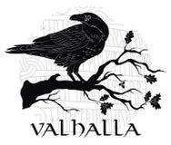 Corneille noire se reposant sur une branche d'un chêne, et runes scandinaves, découpées dans la pierre illustration de vecteur