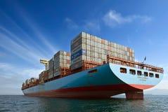 Cornelia Maersk för behållareskepp anseende på vägarna på ankaret Nakhodka fjärd Östligt (Japan) hav 17 09 2015 fotografering för bildbyråer