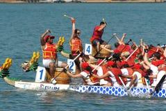 Cornelio NC - Los corredores del barco del dragón del 7 de junio compiten Foto de archivo libre de regalías