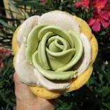 Cornet de crème glacée avec des scoops formés comme une rose Images libres de droits