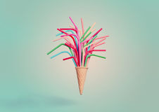Cornet de crème glacée avec les pailles à boire colorées Photographie stock libre de droits
