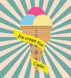 Cornet de crème glacée coloré avec le fond de rayon de vintage des textes de ruban Images stock