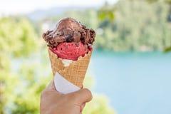 Cornet de crème glacée dans la main Images libres de droits