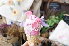 Cornet de crème glacée doux de sirène de fraise Photo libre de droits